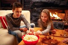 Chica joven y su hermano que se divierten que juega al juego Fotografía de archivo