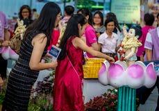 Chica joven y su madre que bañan al Buda durante el día de Vesak Fotos de archivo libres de regalías