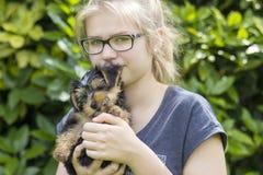 Chica joven y su perro Fotografía de archivo