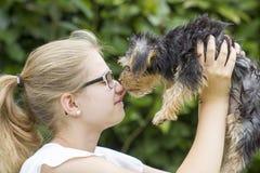 Chica joven y su perro Fotografía de archivo libre de regalías