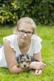 Chica joven y su perro Foto de archivo