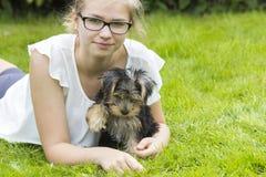 Chica joven y su perro Foto de archivo libre de regalías