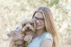 Chica joven y su perro Imagen de archivo libre de regalías
