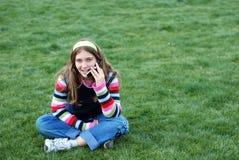 Chica joven y teléfono celular imagenes de archivo