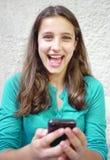 Chica joven y teléfono móvil Foto de archivo libre de regalías