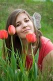 Chica joven y tulipanes Imagenes de archivo