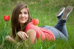 Chica joven y tulipanes Fotografía de archivo