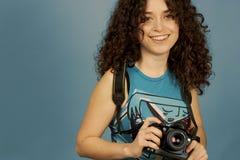Chica joven y una cámara imagen de archivo