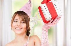 Chica marchosa adolescente con la caja mágica de la vara y de regalo Imagen de archivo libre de regalías