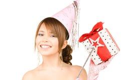 Chica marchosa adolescente con la caja mágica de la vara y de regalo Imagen de archivo