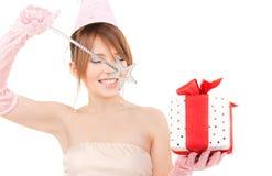 Chica marchosa adolescente con la caja mágica de la vara y de regalo Foto de archivo