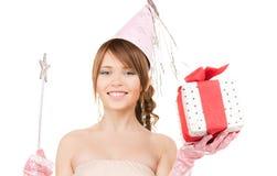 Chica marchosa adolescente con la caja mágica de la vara y de regalo Fotografía de archivo