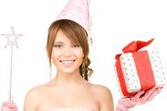 Chica marchosa adolescente con la caja mágica de la vara y de regalo Foto de archivo libre de regalías