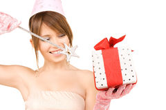 Chica marchosa adolescente con la caja mágica de la vara y de regalo Imágenes de archivo libres de regalías