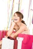 Chica marchosa adolescente feliz con los regalos Imágenes de archivo libres de regalías