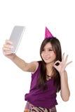 Chica marchosa asiática dulce que toma el selfie, aislado en blanco Foto de archivo libre de regalías