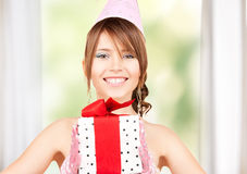 Chica marchosa con la caja de regalo Fotos de archivo