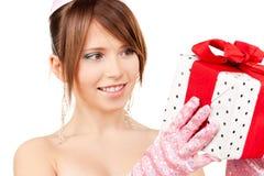 Chica marchosa con la caja de regalo Imagenes de archivo