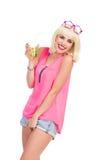 Chica marchosa con una bebida de la cal Imagenes de archivo
