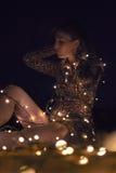 Chica pelo sentada con luces Royalty Free Stock Photo