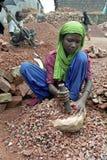 Chica trabajadora en la fractura del campo, Dacca, Bangladesh Imagen de archivo