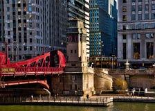 Chicago ögla, hörn av den Wacker dren och LaSalle St, med en sikt av Chicagoet River, riverwalk, rusningstidtrafik, el-drev arkivbilder