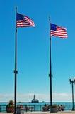 Chicago: Amerikaanse die vlaggen en de de Havenvuurtoren van Chicago van Marinepijler wordt gezien op 22 September, 2014 Royalty-vrije Stock Fotografie