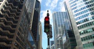 Chicago-Ampel dreht sich von Rotem, um am Finanzbezirksschnitt der im Stadtzentrum gelegenen Wolkenkratzer zu grünen stock video