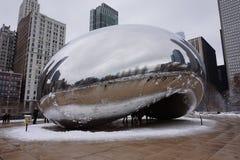 Chicago böna i vintern som omges av en snöcirkel royaltyfri bild