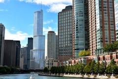 Chicago berömd trumfbyggnad och andra stadsarkitekturer längs Chicago River Arkivfoton