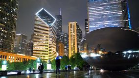 Chicago bis zum Nacht - Wolken-Tor am Jahrtausend-Park - CHICAGO, USA - 20. JUNI 2019 stock video footage