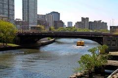 Chicago-Brücke u. -fluß Stockfoto