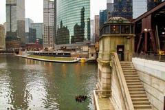 Chicago-Brückenhaus entlang dem riverwalk stockfotos