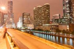 Chicago byggnader, upplyst stå högt in i mörk natthimmel Arkivbild