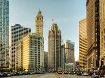 Chicago céntrica con el edificio de Wrigley fotos de archivo libres de regalías