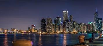Chicago céntrica en la noche en blanco y negro Embarcadero de la marina de guerra Imágenes de archivo libres de regalías