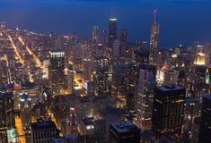 Chicago céntrica encendida para arriba en la noche imágenes de archivo libres de regalías