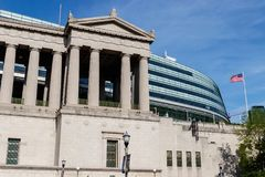 Chicago - cerca do maio de 2018: Soldado Field, casa dos ursos Os suportes originais da fachada da colunata guardam na frente do  imagens de stock royalty free