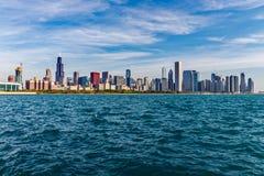 Chicago - circa mayo de 2018: Horizonte céntrico de Windy City del lago Michigan en un día soleado Chicago es casera al Cubs III foto de archivo