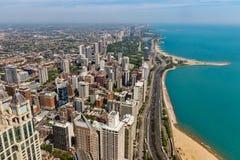 Chicago - circa mayo de 2018: Horizonte céntrico de Windy City de la torre de Hancock en un día soleado Chicago es casera al Cubs foto de archivo
