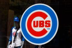 Chicago - circa mayo de 2018: Logotipo de los Chicago Cubs en la tienda del equipo en la milla I del milagro imagen de archivo libre de regalías
