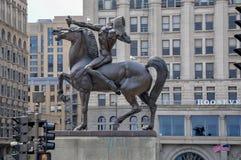 CHICAGO - 5 de maio de 2011 - o arqueiro, escultura de bronze do nativo americano no cavalo, estando na plaza do congresso fotografia de stock