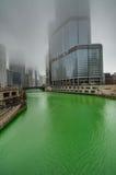 CHICAGO - 13 DE MARZO: Teñido del río Chicago en DA de St Patrick Foto de archivo