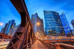 Chicago de stad in en de Rivier van Chicago Stock Foto