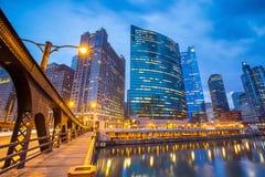 Chicago de stad in en de Rivier van Chicago Stock Afbeeldingen