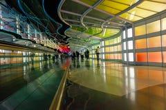 Chicago, de V.S., 16 Oktober, 2011 Kleurrijke terminal en roltrap in de Luchthaven van Chicago Stock Afbeelding