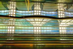Chicago, de V.S., 16 Oktober, 2011 Kleurrijke terminal en roltrap in de Luchthaven van Chicago Royalty-vrije Stock Fotografie