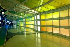 Chicago, de V.S., 16 Oktober, 2011 Kleurrijke terminal en roltrap in de Luchthaven van Chicago Stock Foto