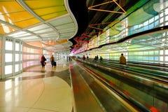 Chicago, de V.S., 16 Oktober, 2011 Kleurrijke terminal en roltrap in de Luchthaven van Chicago Stock Afbeeldingen