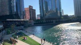 Chicago in de zomer met inbegrip van voetgangers, forenzen, & toeristen die van riverwalk genieten terwijl de reisboten, kajaks,  stock videobeelden